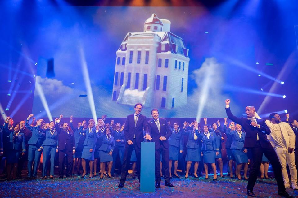 Minister Hoekstra (links) en KLM-topman Elbers lanceren het honderdste huisje.