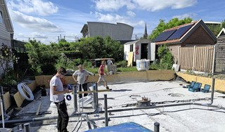 Tien maanden nadat een brand hun net opgeknapte huis in de as legde, beginnen Erik en Dorise Duijn opnieuw te bouwen aan de Zwarteweg in Obdam