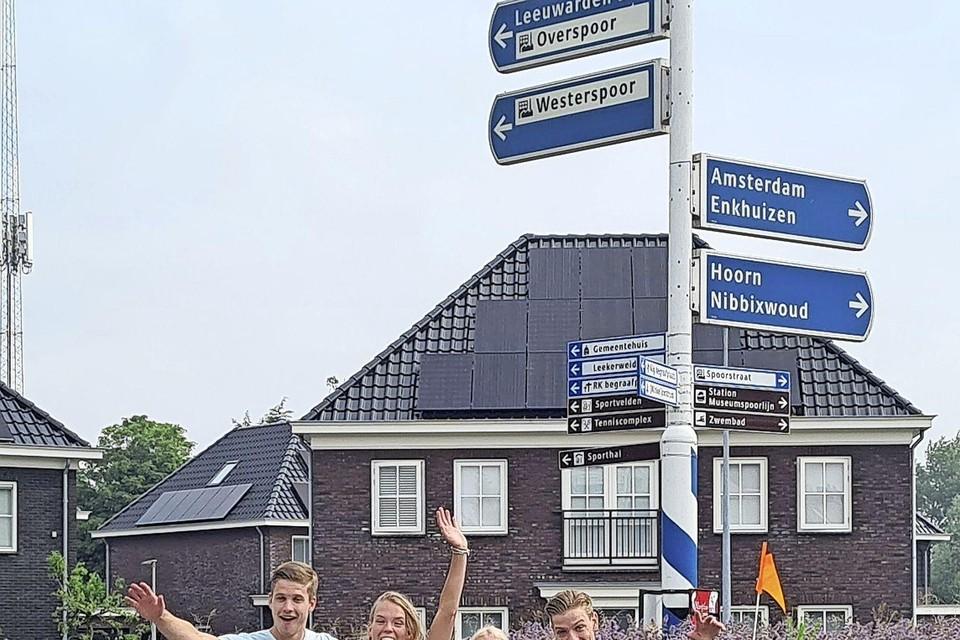 FOTO: (v.l.n.r) Timo Jak, Fleur de Greeuw, Jolijn Hiemstra en Axl Langedijk ondernemen samen de Tour-de-tandem.