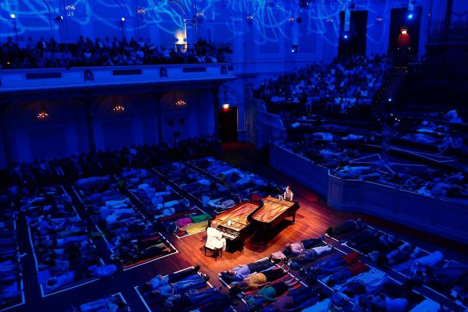 Een ligconcert door Jeroen en Sandra van Veen in het Amsterdamse Concertgebouw.