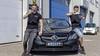 Vloggend auto's verkopen, Enkhuizers Dani en Joey fiksen gunnen klant een kijkje achter de schermen [video]