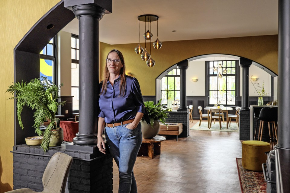 Manager Karin Hakhoff in de lounge van hotel Snouck van Loosen. 'Alles is gestript.'