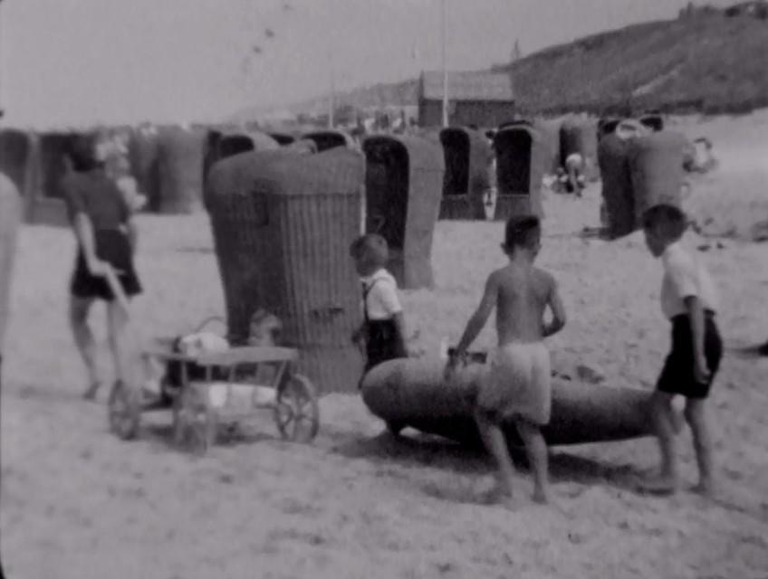 Eenmaal op het strand aangekomen is het al flink druk. Overal staan rieten strandstoelen voor de verhuur aan badgasten. Natuurlijk krijgt zo'n mooie opblaasboot direct aandacht van leeftijdgenootjes.