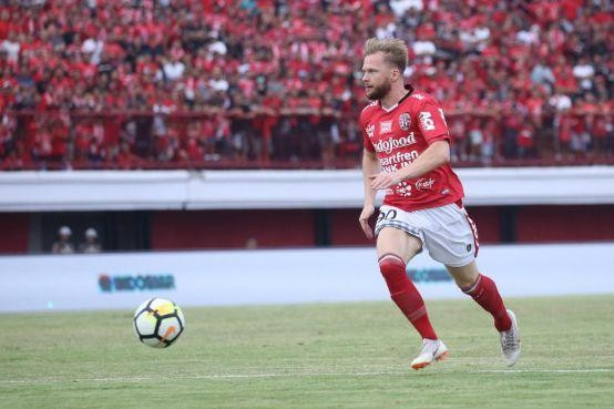 Melvin Platje: 'Ik voel me wel een paradijsvoetballer' in Indonesië [video]