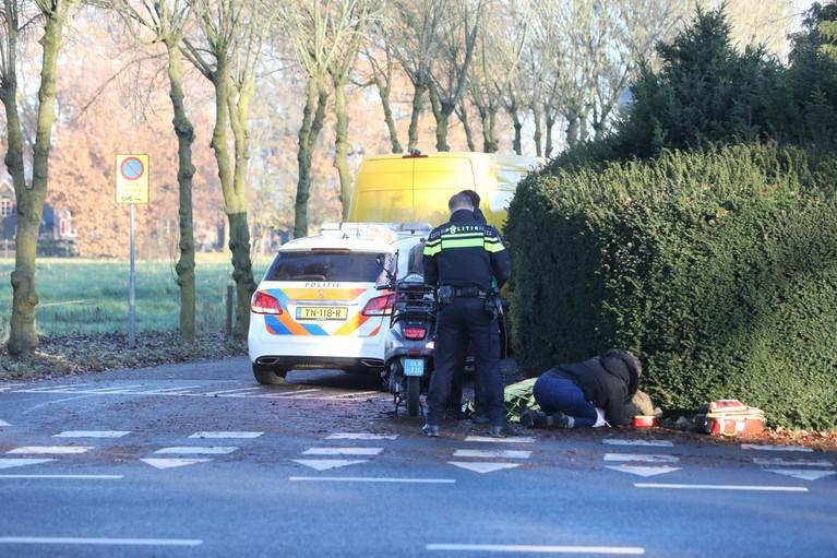 Gewonde scooterrijdster wacht in Soest veertig minuten op ambulance