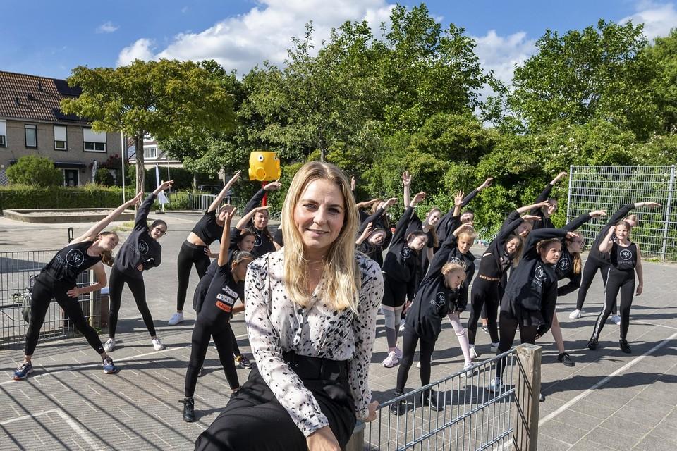 Michelle Gerlofsma van DSM Dansstudio Michelle met leerlingen die buiten dansles krijgen.