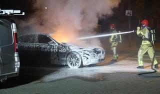 Ontploffing en autobrand in Zaandam, politie onderzoekt of het brandstichting was [video]