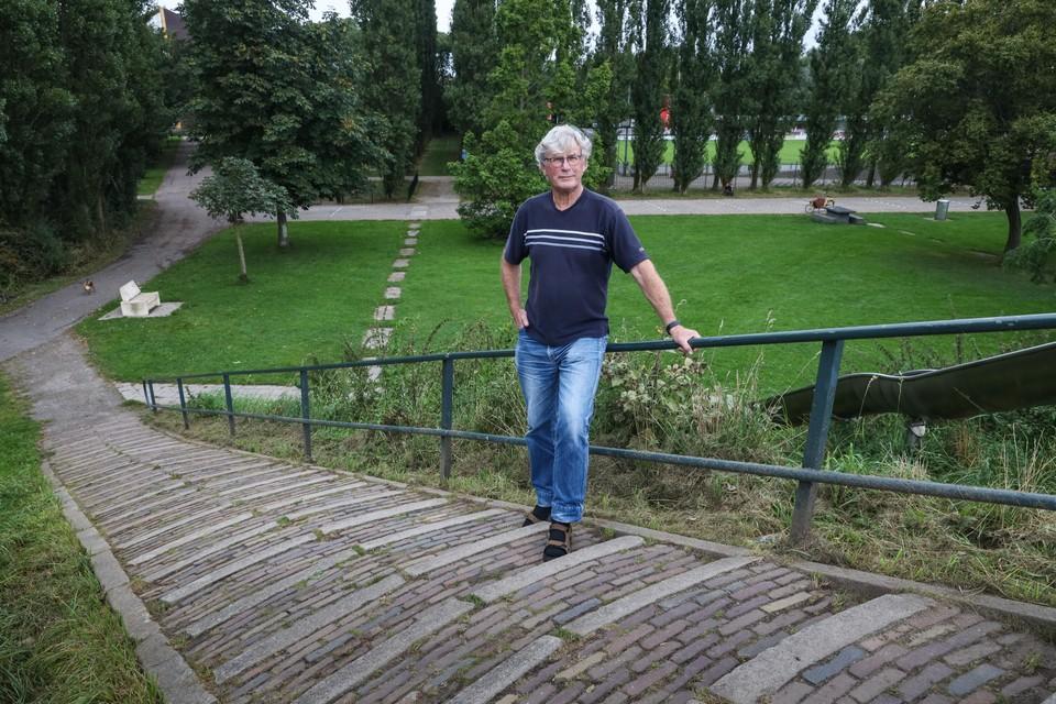 Onno Schweers bij de entree van voetbalclub in Hollandia. Zal hier in de toekomst gevoetbald blijven worden? Foto Marcel Rob