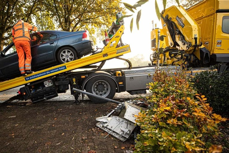 Automobilist rijdt elektriciteitskast in puin in Eemnes