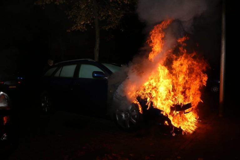 Autobrand in Huizen, brandweer voorkomt schade aan andere auto's