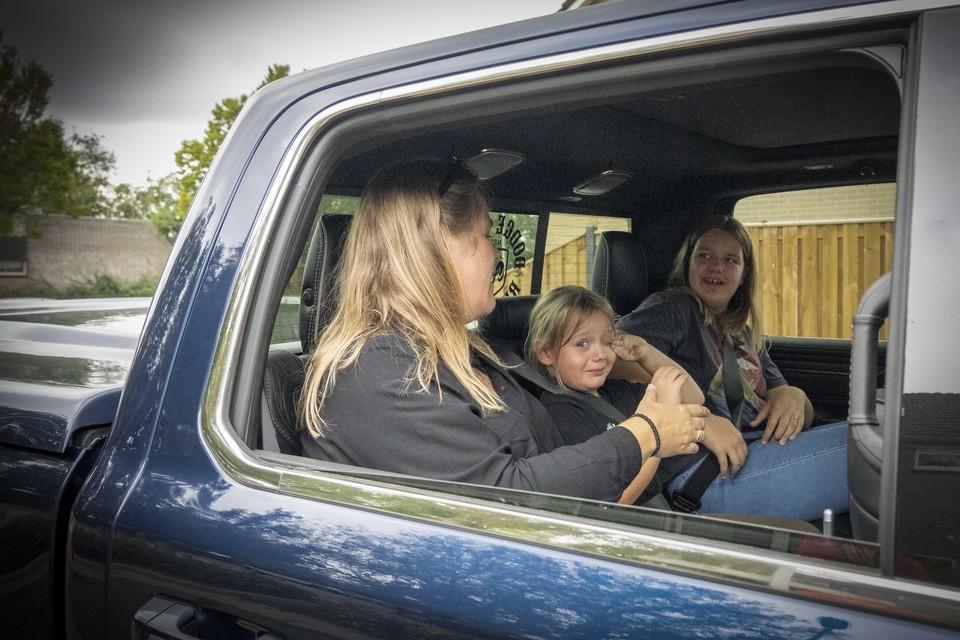 Yara met haar moeder in de Dodge Ram, voor een ritje door de stad. Met tranen van emotie en spanning nog in de ogen.