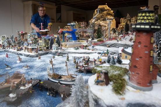 De kerstetalage van Dick Valk maakt de kerstsfeer aan de Beverwijkse Breestraat pas echt helemaal af