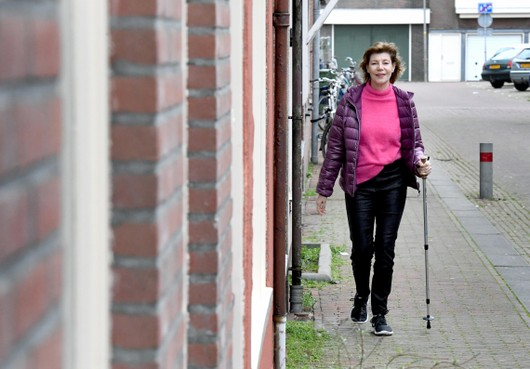 Angela uit Den Helder heeft een zeldzame ziekte. 'Ik moet altijd een broek aan, anders denk ik dat ik geen benen heb'
