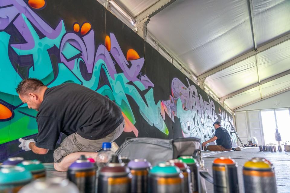 Graffiti op de wanden van de tent waar de komende zes weken Try Out Park wordt gehouden.