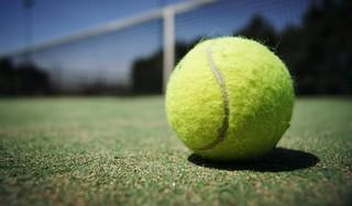 Tennissers van DEM staan naar Spaans idee 24 uur op de baan in Beverwijk