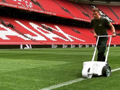 Opperdoezer Roy van Dijk in de prijzen voor zijn werk aan het veld in de Johan Cruijff Arena: 'Als Ajax wint, voelt het ook een beetje als mijn drie punten'