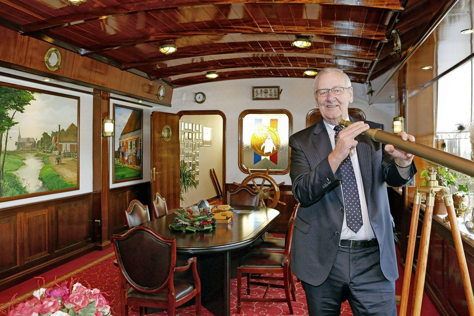 Piet Blankendaal in zijn kantoor, dat gebouwd is als een kajuit.