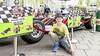 Formule 1-auto tot stilstand bij Dekamarkt. Wagen trekt veel bekijks
