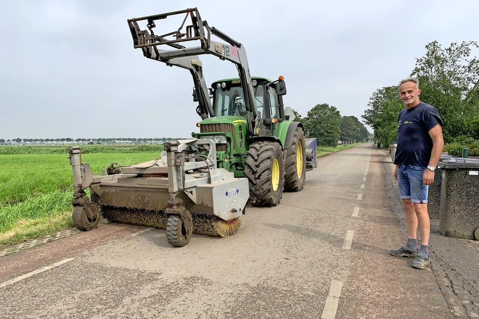 Veehouder Kieftenburg laat het wegdek schoonvegen waar eerder een auto te water belandde door modder op de weg.