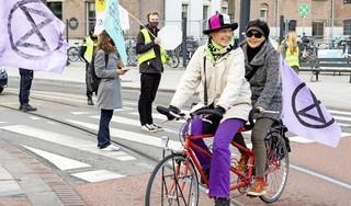 Carolien en Iet zijn geen klimaatdrammers, voor Extinction Rebellion fietsen ze rondjes op hun tandem