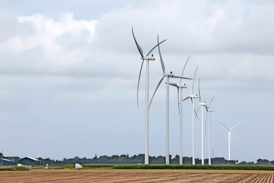 De zes grotere windmolens met een tiphoogte van 150 meter.