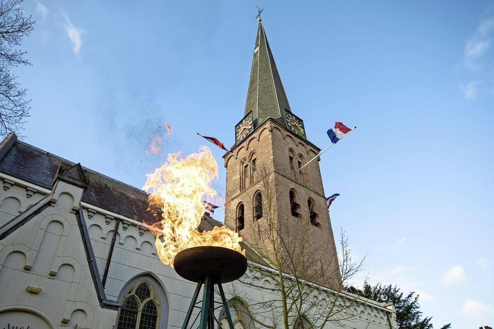 Dankzij de gasbrander van loodgieter Han Breunesse brandt ook in Baarn het bevrijdingsvuur.