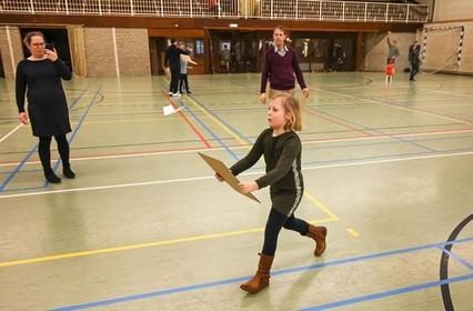 MVC Pegasus showt 'leuk vliegspeelgoed' in sporthal Andijk: 'Het gaat natuurlijk wel eens mis, maar met een beetje lijm los je het vaak zo weer op' [video]