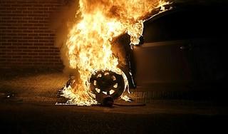 Geparkeerde auto verwoest door brand in Hoorn, politie doet onderzoek