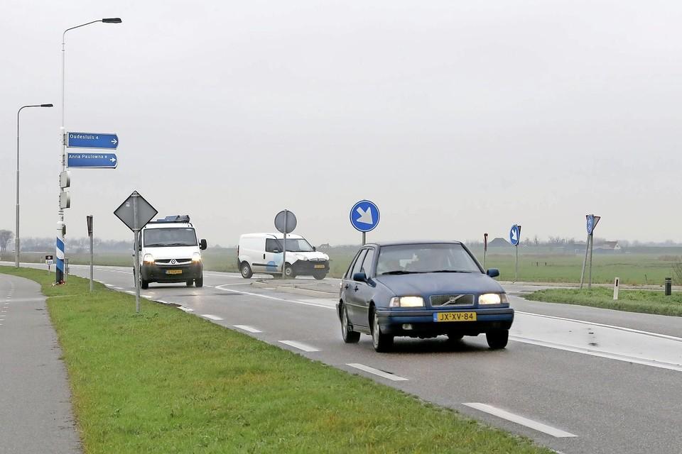 De kruising van de Kanaalweg (N248) met de Wadweg is weinig overzichtelijk en krap.