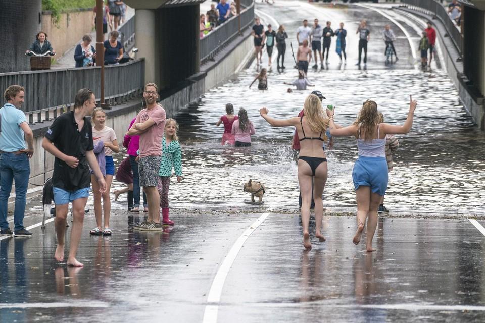 Een clusterbui veroorzaakte in juni van dit jaar voor veel wateroverlast in Alkmaar. De Bergertunnel veranderde tijdelijk in een zwemparadijs.