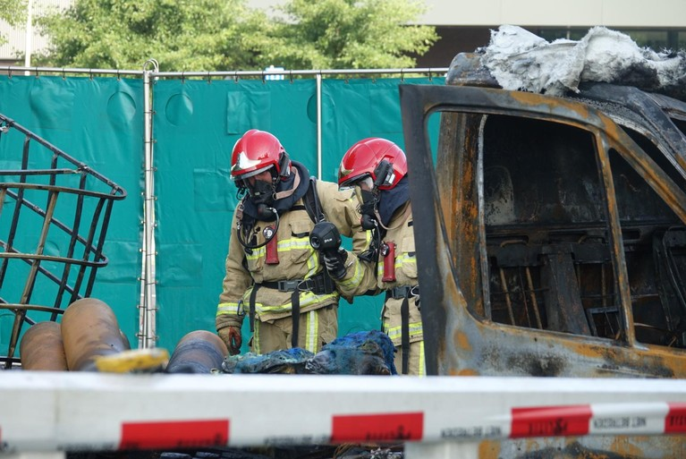 Voertuigbrand slaat over op bruggetje zwembad Zaangolf, brandplek afgezet vanwege gasflessen [video]