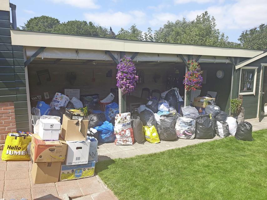 De enorme berg hulpgoederen die in enkele dagen in Wijdenes werd verzameld voor de gedupeerden van de watersnood in Limburg.