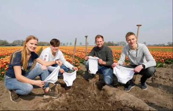 Boer Tom Groot begraaft ondergoed om aandacht te vragen voor een gezonde bodem [video]