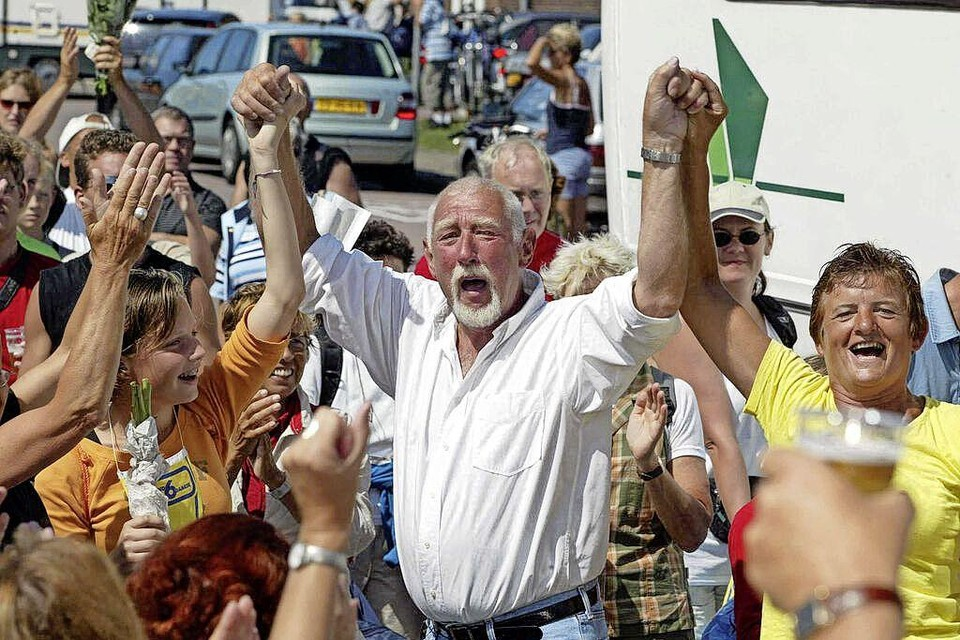 Henk Horsman met enthousiaste deelnemers aan de Strandzesdaagse.