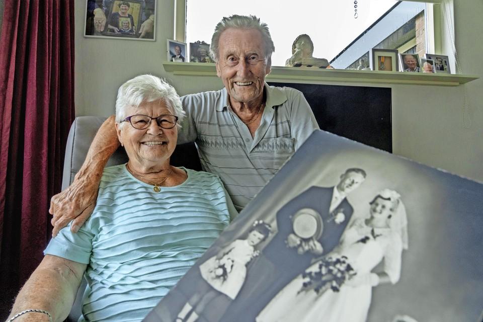 Bruidegom Piet Mol met zijn bruid Nel Mol-Groen met hun trouwfoto van zestig jaar terug: ,,Blij dat 't zo gegaan is. Wij zijn ook nooit ziek. Ja, een pilletje tegen hoge bloeddruk, da's alles.''