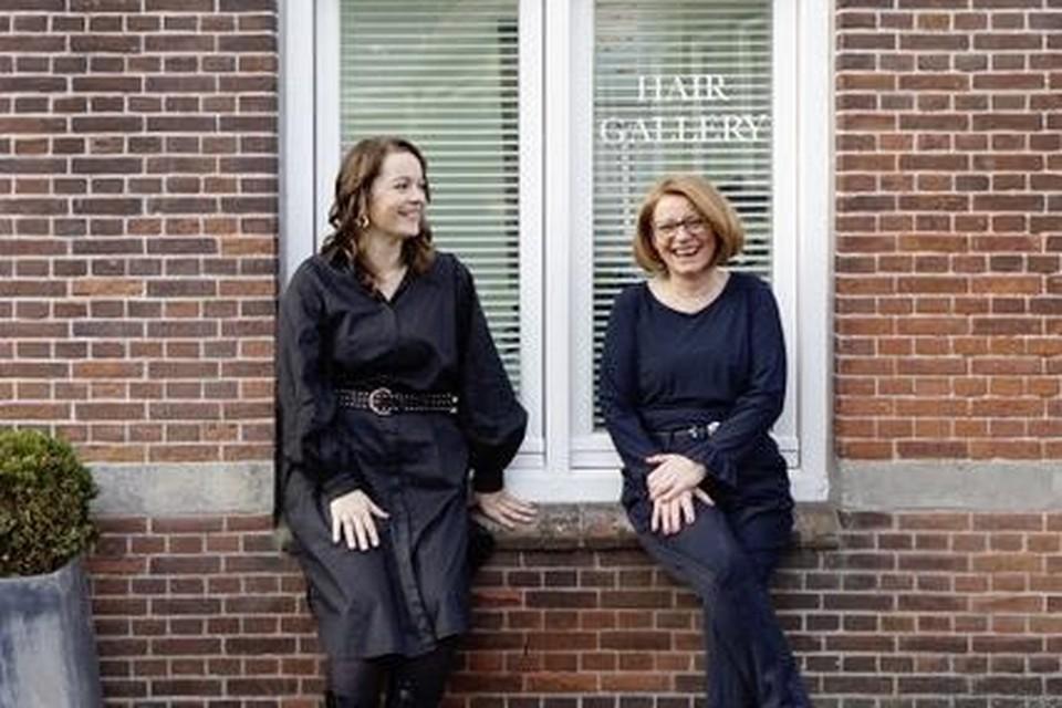Diana (links) en Sylvia voor hun nieuwe kapsalon aan de Paulus Potterstraat 1.