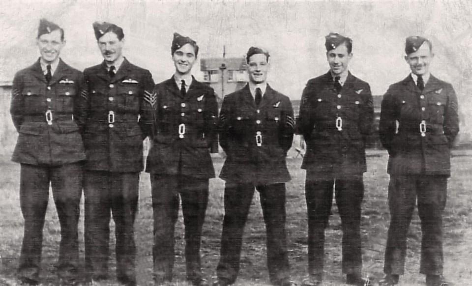 Een foto van de omgekomen Engelse bemanning, de jongste 20 en de oudste 23 jaar.