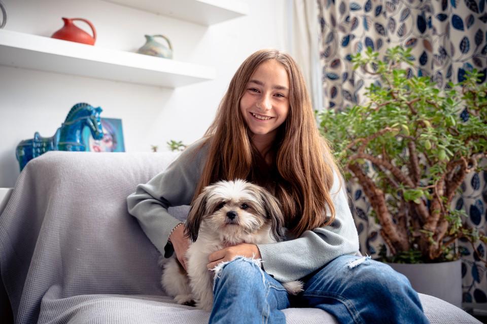 Ariana de la Fosse met haar hond Mikey. ,,Ik voel me verdrietig dat ik ziek ben'