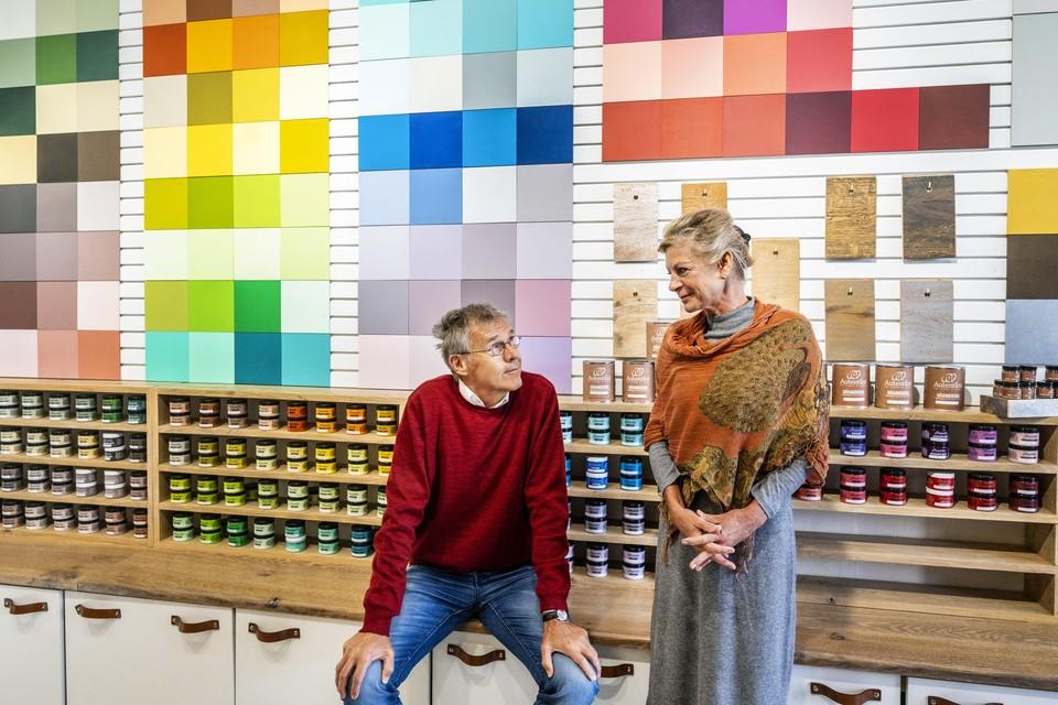 Eduard Sanders en Elise van der Elst in hun nieuwe verfwinkel.