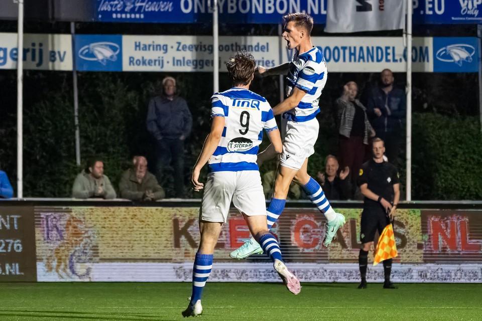 Floris van der Linden en een jubelende Robin Eindhoven vieren de 2-1 van laatstgenoemde, vlak voor rust.