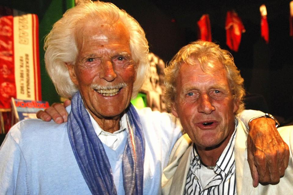 Jimmy van Rompu in 2014 op 95-jarige leeftijd tijdens een weerzien met de vroegere AZ-topscorer Kees Kist.