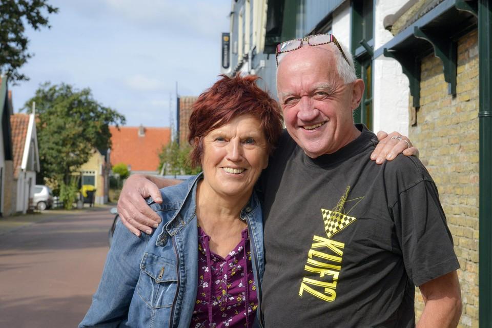 Nettie van de Brake en Cor van Heerwaarden op straat in Den Hoorn.