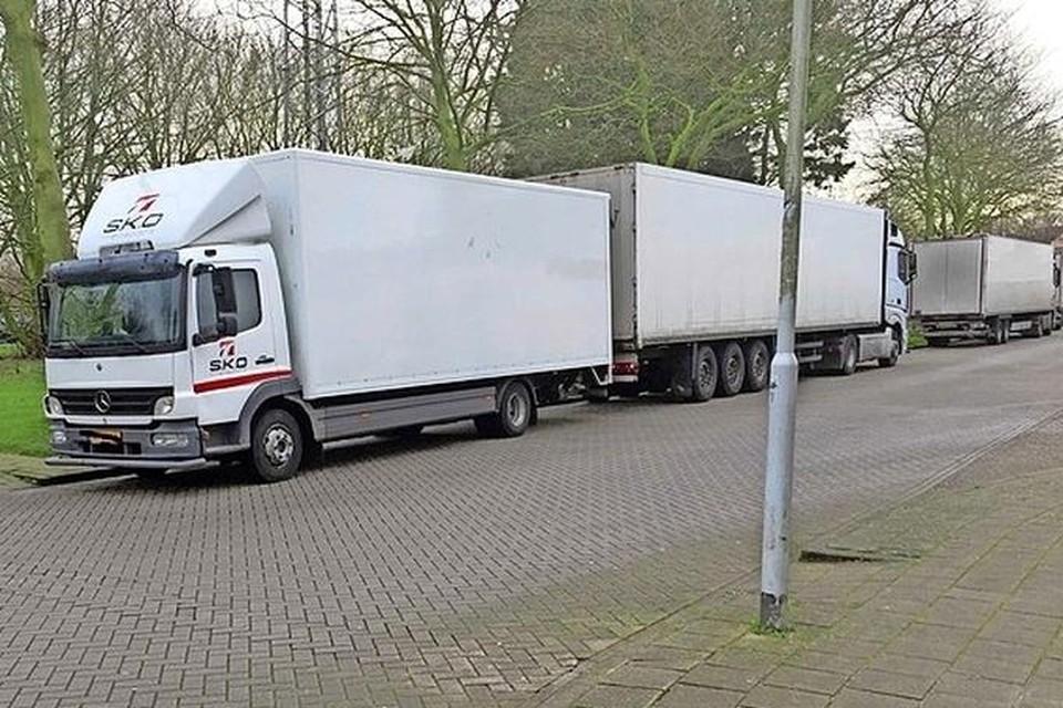 Geparkeerde vrachtwagens in een woonwijk.