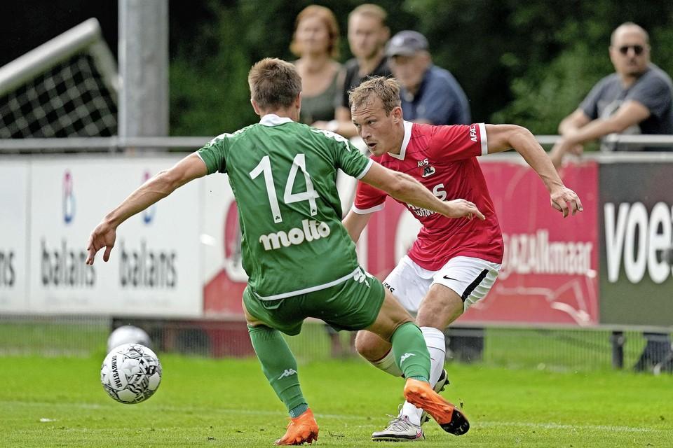 Thijs Oosting met Facundo Sanchez van Panathinaikos.