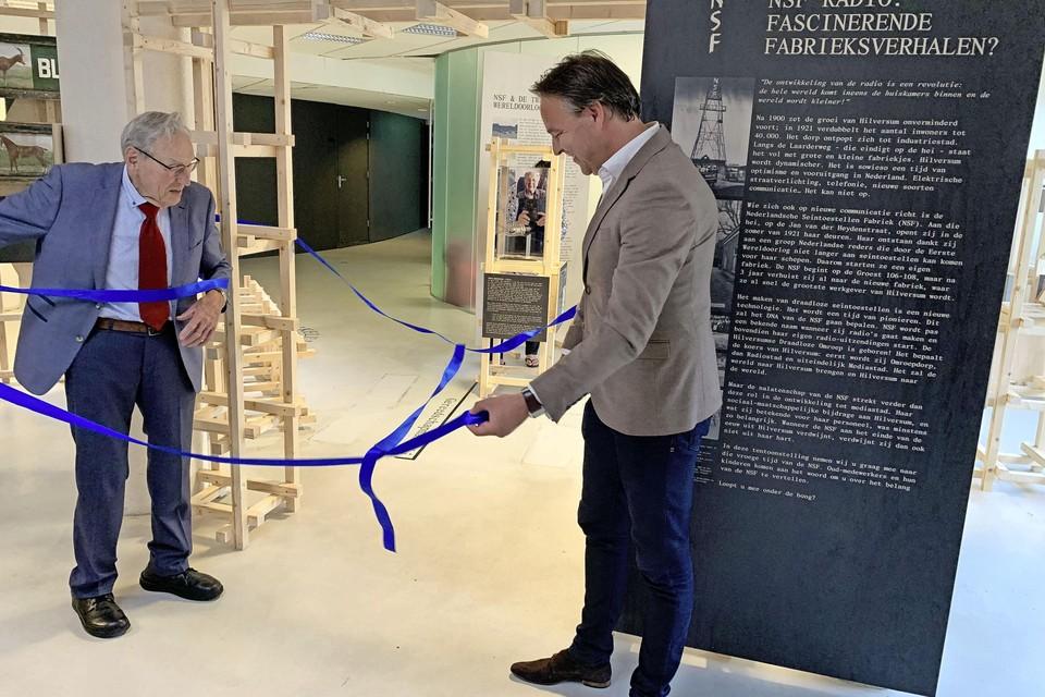 Schrijver Wim Visser van het NSF-boek en wethouder voor cultuur en media Gerard Kuipers openen de tentoonstelling.