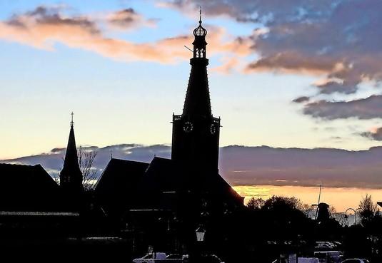 Scheve kerktoren Medemblik is nog maar net veilig
