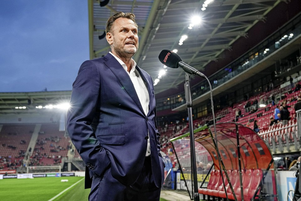 Robert Eenhoorn, directeur algemene zaken van AZ, geeft voorafgaand aan AZ-PSV een tv-interview.