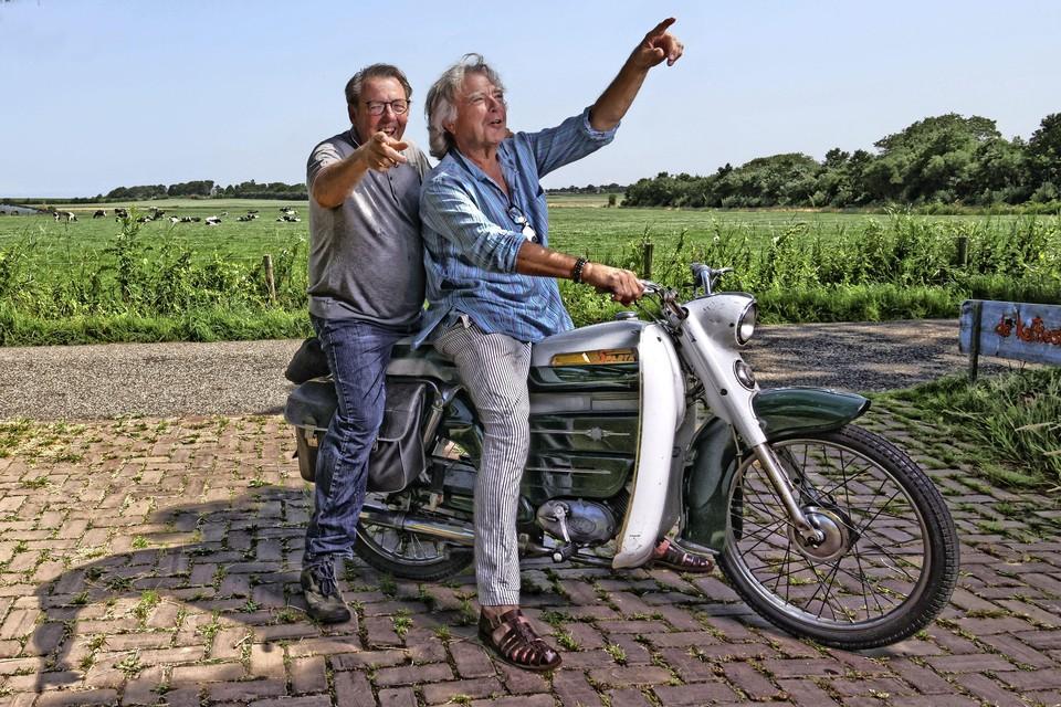Initiatiefnemers van het fotofestival Wieringen Kenneth Stamp (l) en Govert de Roos op zoek naar locaties.