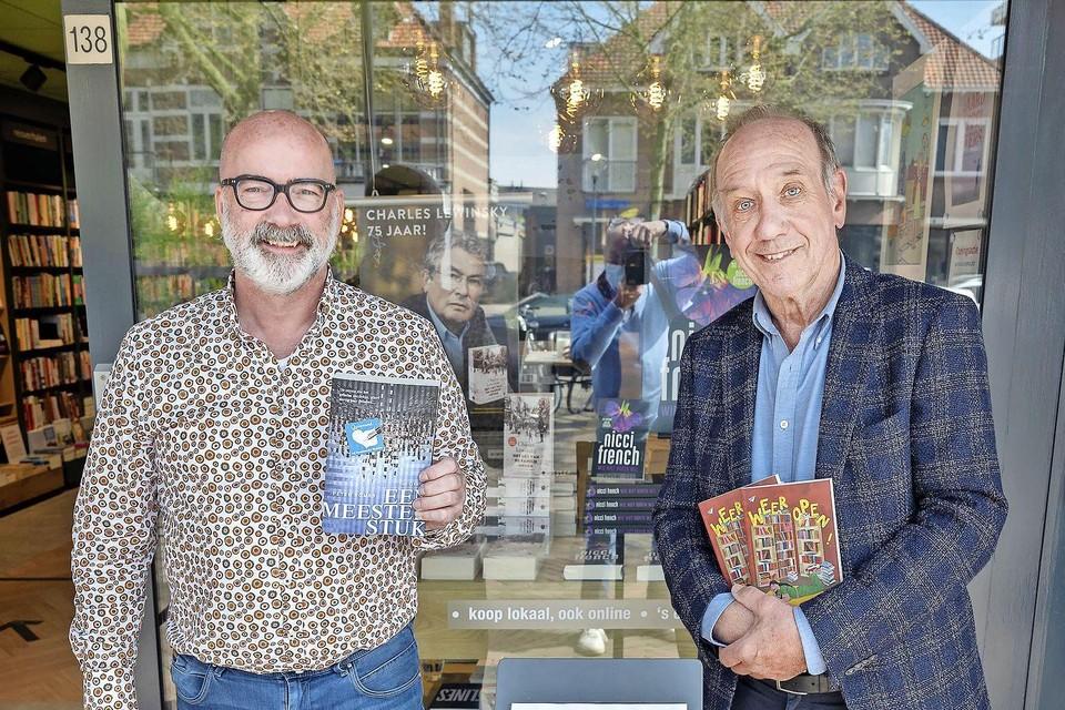 Schrijver/acteur Peter Römer (rechts) en Arno Koek verwelkomen de klanten bij Boekhandel Blokker.
