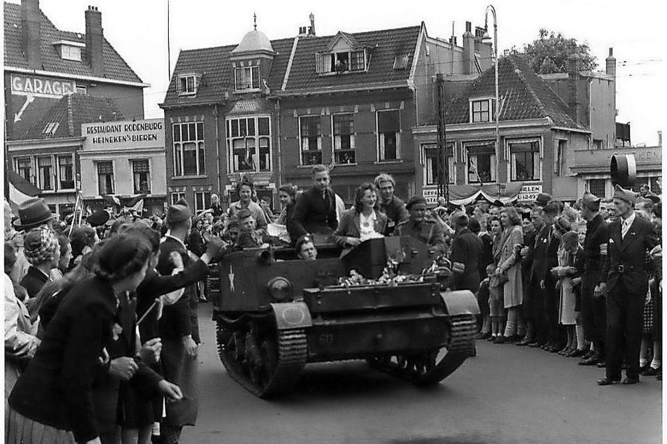 8 mei 1945: Canadezen rijden over het Houtplein in Haarlem.